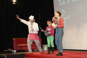 Miki und Fife leiten mit einem Klappenkind den kommenden Film ein